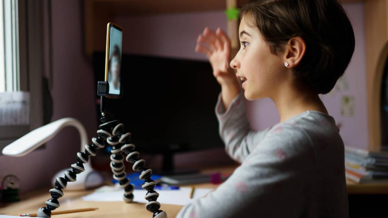 Soins énergétiques accessibles et flexibles grâce à la visioconférence ou grâce au téléphone. Tout le monde gagne du temps et se sent mieux sans briser les distances de sécurité pendant ce covid-19